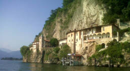 vacanze sul Lago Maggiore a Villanuvola: l'eremo di Santa Caterina del Sasso